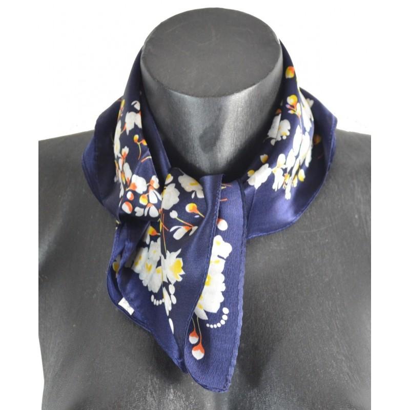 Petit carré en soie bleu fleurs blanches